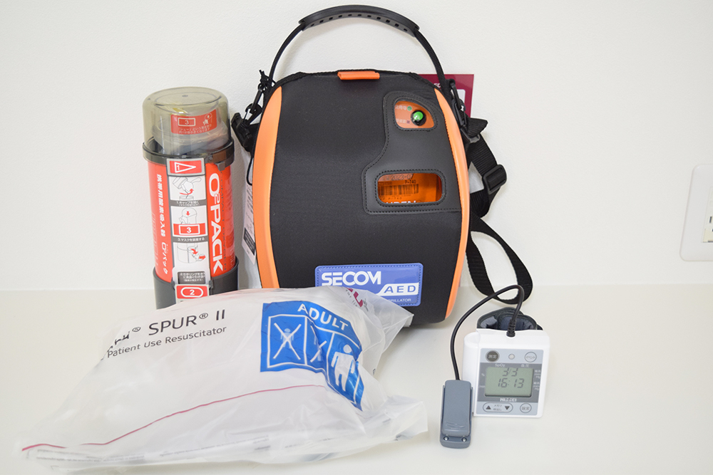 口腔外バキューム、酸素ボンベ、AED、血圧計、パルスオキシメーター